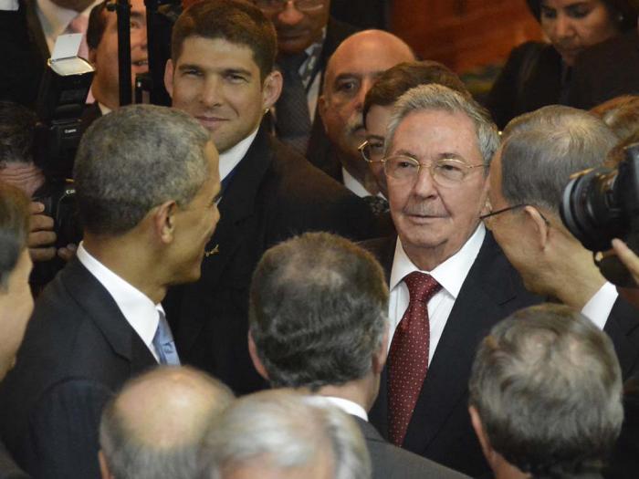 20150417093402-raul-obama-cumbre-americas.jpg