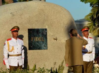 20161205104126-fidel-cementerio-santa-ifigenia-cuba-3-580x430.jpg