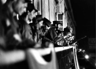 20170107214115-fidel-castro-desde-el-balcon-del-ayuntamiento-enero-7-1959.jpg