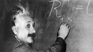 20160311135500-albert-einstein-pizarra-formula-ondas-gravitacionales-energia.jpg