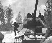 20180418001918-fidel-1961-bajandose-de-un-tanque-180x150.jpg