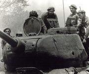 20190417141308-abril-del-1961.-fidel-castro-al-centro-subido-a-un-tanque-durante-los-combates-en-bahia-de-cochinos-180x150.jpg