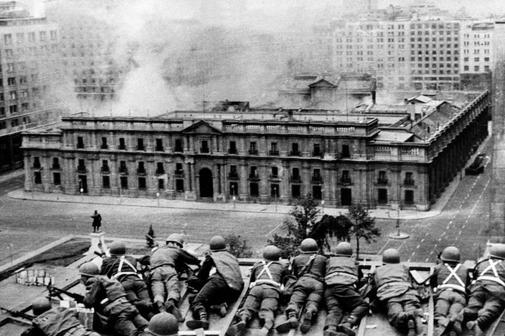 20190911112821-chile-soldados-del-ejercito-chileno-observan-el-bombardeo-delpalacio-de-la-moneda-el-11-de-septiembre-de-1973.-afp15681309163597.jpg