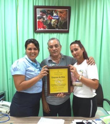 20191005115505-certificacion-de-calidad-emsil-miguel-jimene-rayneris-febles-izq-especialista-yurianis-gil-j-despacho.jpg
